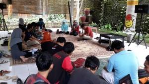 Suasana kopi darat Komunitas Blogger AngingMammiri Makassar (foto : Nur Terbit)