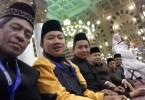 Sholat jamaah di Masjidil Nabawi Madinah, Dari kiri ke kanan Nur Terbit, Andi Muh Al Ijlal, Andi Ilham Akbar dan anggota keluarga lainnya (Foto dok pribadi Nur Terbit)