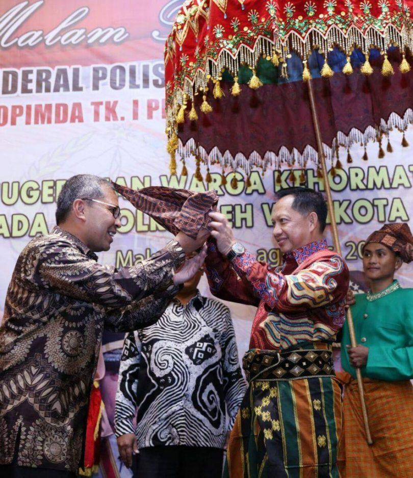 Passapu atau penutup kepala khas Makassar terbuat dari kain, siap dipasangkan oleh Walikota Makassar, Danny Pomanto ke kepala Kapolri Jenderal Polisi Tito Karnavian (foto2 FB Danny Pomanto)