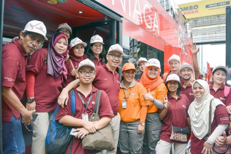 Berpose bersama Dirut Transjakarta, Budi Kaliwono, setelah turum dari bus tingkat (foto : Cahyanto)