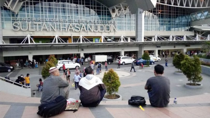 Saat menunggu jemputan di bandara, bisa dimanfaatkan untuk menulis draft catatan perjalanan untuk blog (foto: Nur Terbit)