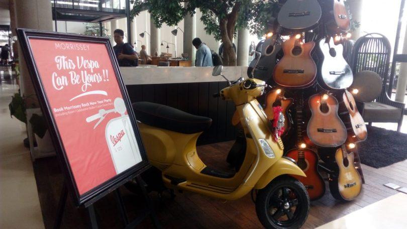 Skuter Vespa yang ada di lobby hotel sebagai pemanis ruangan (foto Nur Terbit)