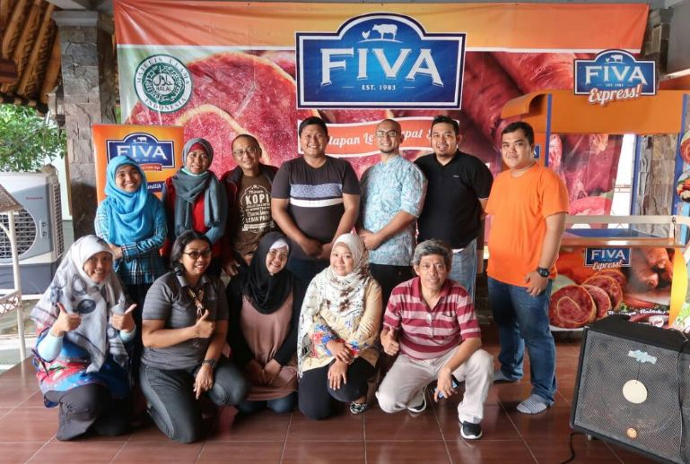 Komunitas #KelasBlogger bergambar bersama GM Fiva Food, Yosy Revlio (foto : Salman)