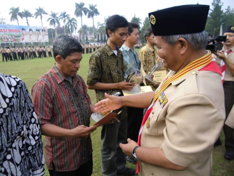 Ketua Kwarnas Pramuka sedang menyerahkan hadiah kepada Nur Aliem Halvaima sebabai pemenang lomba karya tulis (foto dok pribadi)