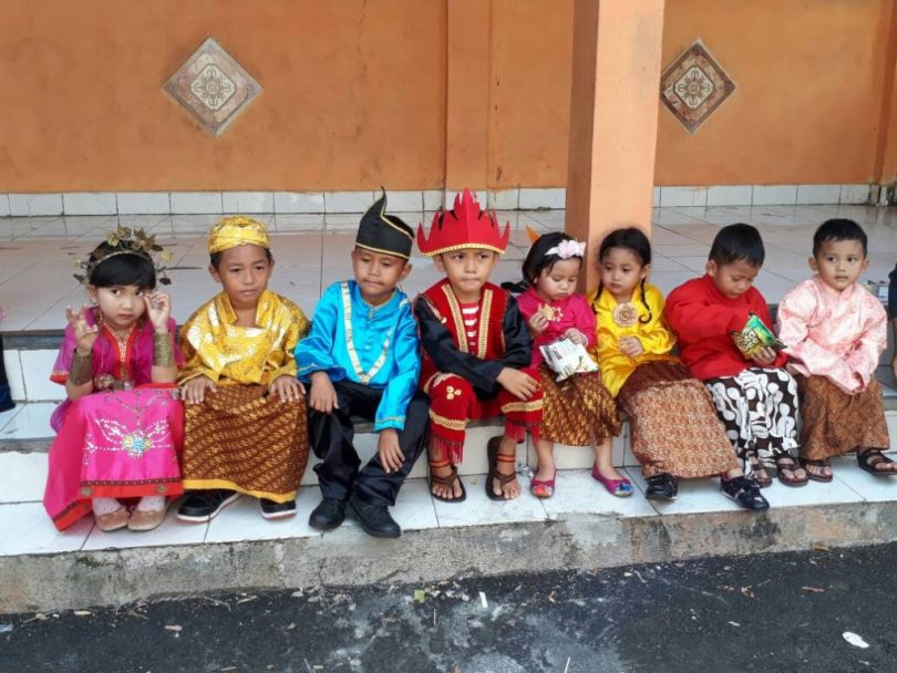 Murid TK PAUD dalam pakaian adat mengikuti karnaval memperingati Hari Kartini (foto Nur Terbit)
