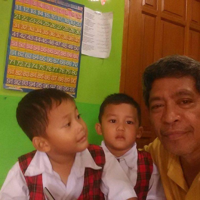 Bersama murid PAUD yang kembar : Revan dan Reval (foto dok Nur Terbit)