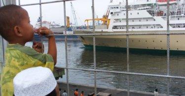 KAPAL PELNI siap sandar di dermaga Pelabuhan Tanjung Priok, Jakarta Utara (foto : Nur Terbit)