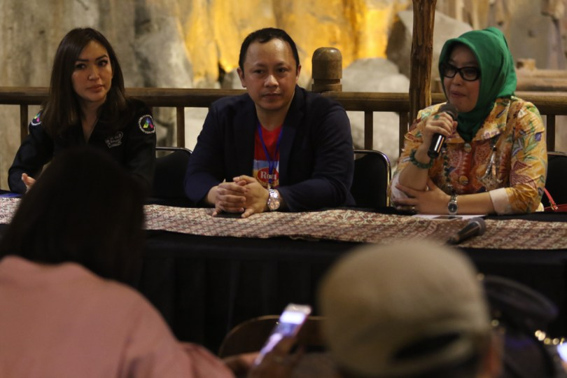 Marketing Manager PT. Mayora Indah Tbk. Budi Setyohutomo bersama perwakilan dari Dinas Kesehatan Kota Bandung,Dr. Siska Gerfianti, MH.Kes saat jumpa pers peluncuran wahana Roma Sky Pirates di Trans Studio Bandung (foto dok Mayora)