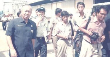 PELABUHAN TANJUNG PRIOK: Dari kiri ke kanan : Menhub Harianto Dhanutirto, Direksi Pelindo II, saya Nur Terbit (Harian Terbit), Kris Kaban (Harian Jayakarta), belakang Agus Wahyudin (Agus Awe) dari Pos Kota.