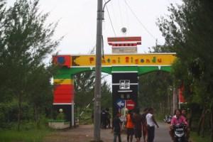 Pintu gerbang menuju Pantai Sigandu (foto Ist)