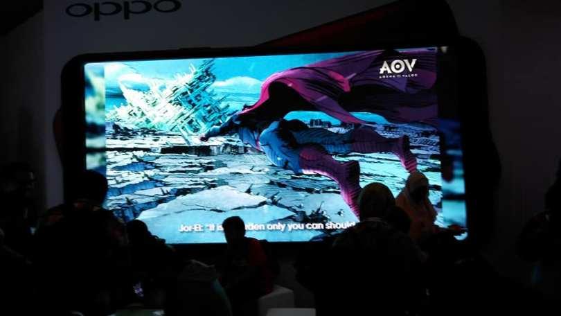 Fitur Game Acceleration bagi penggemar game, diperagan melalui layar lebar (foto: Nur Terbit)