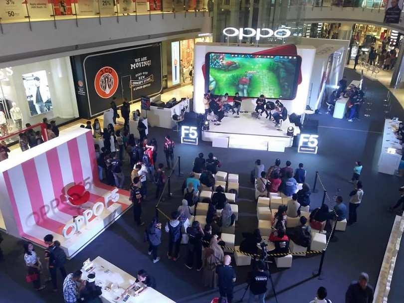 Suasana penjualan perdana OPPO F5 di Central Park Jakarta Barat (foto : Nur Terbit)