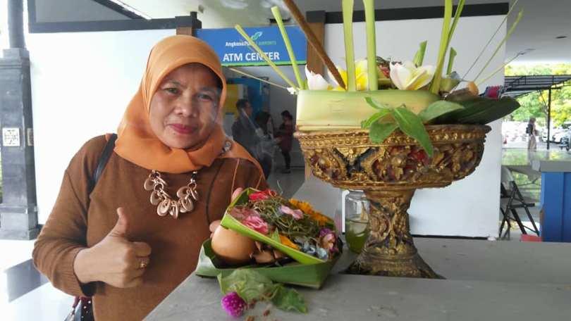 Bunda Sitti Rabiah ikut berpose saat tiba di Bandara I Gusti Ngurah Rai, Denpasar, Bali (foto dok Nur Terbit)