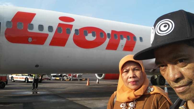 Menuju tangga pesawat yang akan membawa ke Bali, usai boarding di Bandara Soekarno Hatta Jakarta (foto dok Nur Terbit)