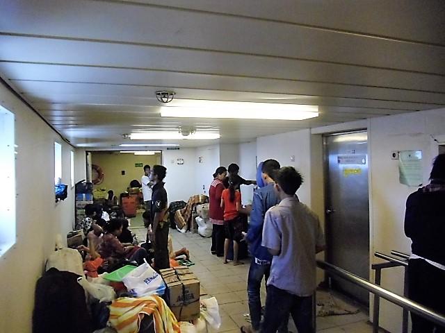 MELANTAI -- Penumpang yang tidak kebagian empat tidur di atas kapal, terpaksa harus rela melantai. Jika mudik kebetulan Ramadhan menjelang lebaran, maka penumpang pun membludak (Foto : Nur Terbit)