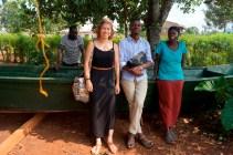 Fischerfamilie, die sich von dem Kredit ein Boot gebaut haben