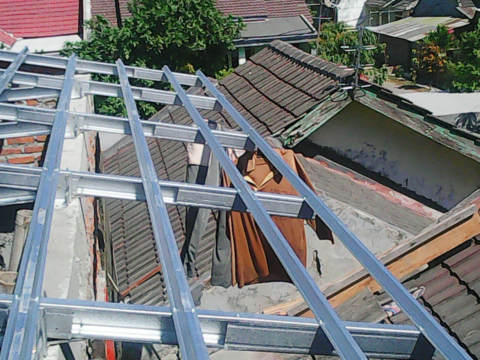 rangka baja ringan atap miring pemasangan galvalum di perumahan dua