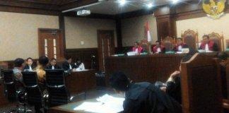 Basuki Tjahaja Purnama (Ahok) dan Sunny Tanuwidjaja bersaksi di Tipikor dalam sidang terdakwa M Sanusi/Nusantaranews Photo/Rere Ardiansah