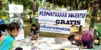 Perpustakaan Kolektif Kokmunitas Toremaos di Taman Adipura Sumenep, 4-9-2016/Foto Untung Wahyudi