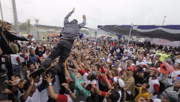 Agus Harimurti melakukan aksi terjun ke penonton dalam acara Deklarasi Agus-Silvy. Foto via tempoco