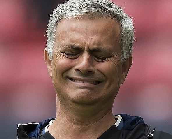 Ekpresi Mourinho Pelatih Manchester United Saat Bersua dengan Sang Mantan (Chelsea) yang dulu pernah dibelanya Foto via @bolanet