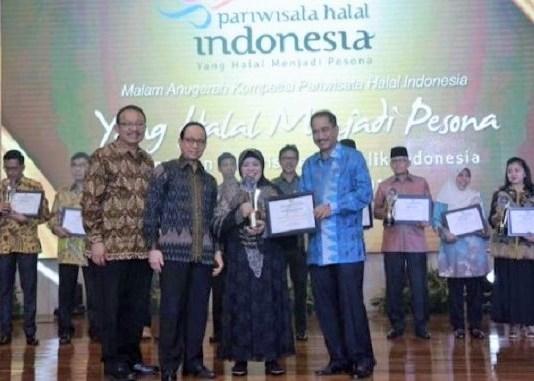 Menteri Pariwisata Arief Yahya menyerahkan Anugerah Pariwisata Halal 2016/Foto: Dok. timlo.net/gg