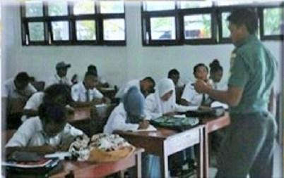 Babinsa Koramil 1704-03/Saonek, Sersan Satu Sudirman berikan materi Bela Negara kepada siswa SMA 1 Waisai, Raja Ampat/Foto: via Kodam XVII Cenderawasih Papua