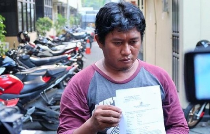 Jurnalis Kompas TV Muhammad Guntur menunjukkan surat tanda terima laporan Polres Jakarta Pusat/Foto: Dok. CNN/Abi
