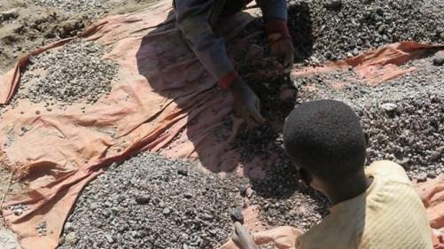 Anak-Anak Kecil di Kongo menjadi buruh kobalt. Foto via DW