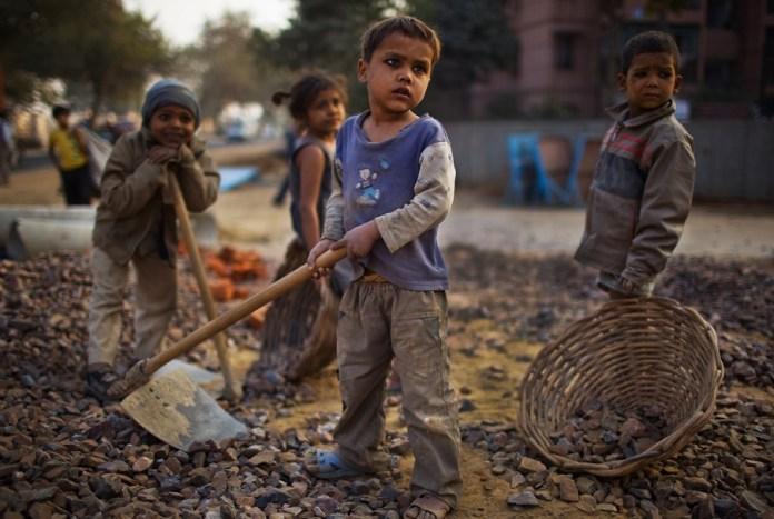 Anak-Anak Tampak Sedang Melakukan Pekerjaan orang Dewasa. Foto via Times