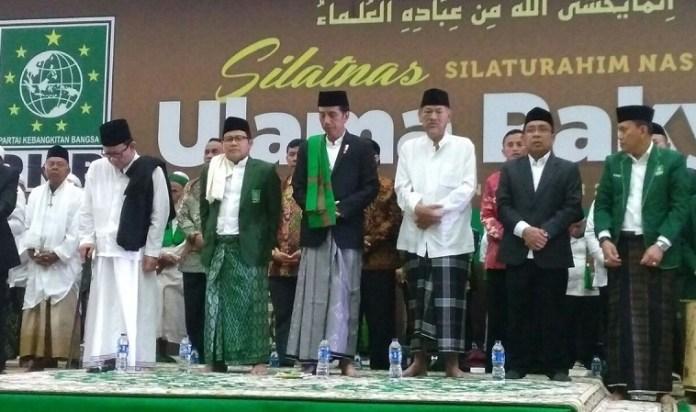 Presiden Joko Widodo di samping Cak Imin saat acara #SilatnasUlamaRakyat