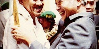 Kenangan Alm KHR As'ad Syamsul Arifin (kiri) bersama Presiden Soeharto (kanan) saat Muktamar NU XXVVII di Situbondo, tahun 1984. Foto IST