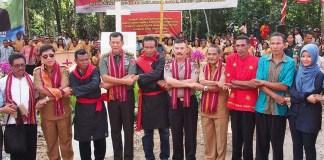 Pangdam XVI/Pattimura Mayjen TNI Doni Monardo lakukan rekonsiliasi perdamaian di perbatasan Negeri Aboru dan Hulaliu. Foto Dok. Kodam16pattimura