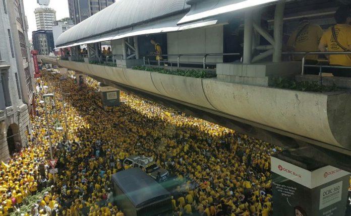 lautan demonstran berkaos kuning menuntut Perdana Menteri (PM) Najib Razak. Foto via Zashnain Zainal