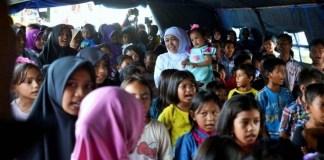 Menteri Sosial (Mensos), Khofifah Indar Parawansa dampingi korban Gembpa aceh dengan Trauma Healing dan Konseling/Foto: Dok. Merdeka