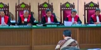 Ahok Menangis di Persidangan Saat Bacakan Nota Keberatan/Foto via YouTube/Properti CNN
