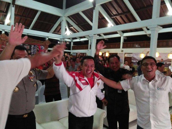 Menpora Imam Nahrawi melakukan selebrasi kegembiraan usai timnas Indonesia melaju ke final. Foto Dok. Pribadi