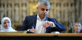 Wali Kota baru London Sadiq Khan melihat jam tangannya dalam upacara penandatanganan jabatannya di Katedral Southwark, London, Sabtu 7 Mei 2016/Foto : Dok. AP/Yui Mok/Pool