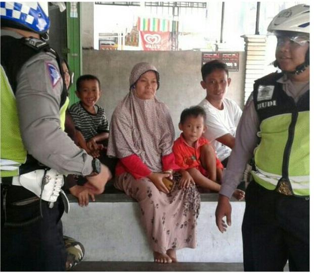 Anggota Polantas Polres Ponorogo berdialog bersama masyarakat dalam Program Siaga. Foto: Muh Nurcholis/Nusantaranews