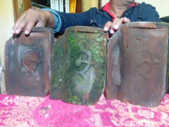 Genteng Berlogo Palu Arit Ditemukan Di Lumajang. Foto via Detik