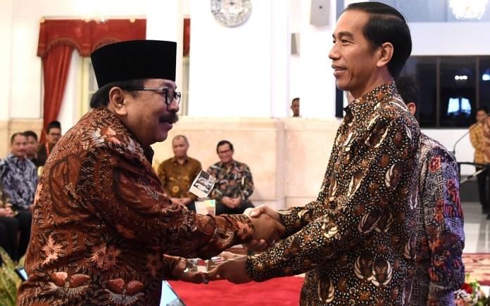 Gubernur Soekarwo saat menerima Penghargaan TPAKD dari Presiden Joko Widodo di Istana Negara Jakarta. Foto Dok. Pribadi