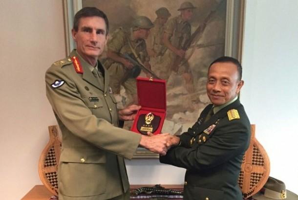 KASAD Jenderal TNI Mulyono dan Kepala Staf Angkatan Darat Australia, Letnan Jenderal Angus Campbell. Foto via republika