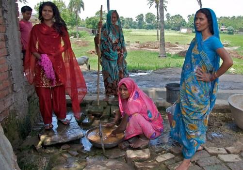 Perempuan-Perempuan Uttar Pradesh, India. Foto via brandeiscrawford