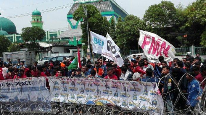 Ratusan BEM Se-Jawa Timur demo di depan gedung DPRD. Foto Surya/Fatkul Alamy