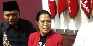 Sekretaris DPD PDIP Jatim, Sri Untari (Tengah). Foto Tri Wahyudi/Nusantaranews