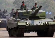 Prajurit TNI menggunakan Tank Leopard (depan) saat peringatan ke-68 Hari Jadi TNI di Skuadron 2 Halim Perdana Kusumah, Jakarta, Sabtu (5/10). Tank Leopard merupakan perlengkapan persenjataan TNI terbaru yang diperkenalkan pertama kali pada Peringatan Hari Jadi TNI kali ini. Foto: Dok. ANTARA/Ujang Zaelani