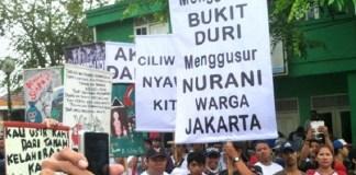 Penolakan warga sebelum Pemprov DKI Jakarta resmi menugaskan laskar penggusuran untuk membumiratakan kawasan RT 06 RW 12 Bukit Duri pada 28 September 2016/Foto: Okezone