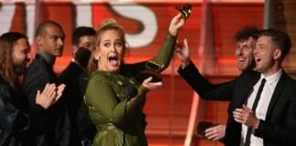 """Adele Keluar Dengan Gelar """"Song of the Year"""" di Grammy Awards ke-59/Foto: Dok. The Sun"""