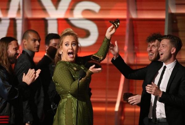 Adele Keluar Dengan Gelar