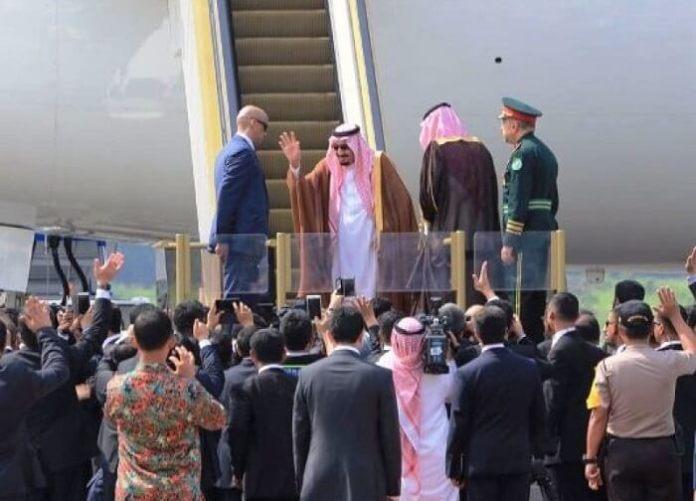 Raja Salman melambaikan tangan kepada Wapres Jusuf Kalla dan rombongan pengantar sebelum masuk pesawat/Foto: Dok. Humas Kemenag (Daniel)